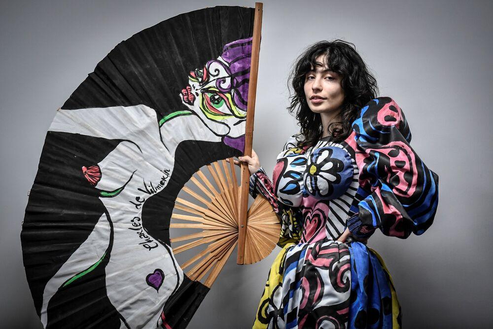Modelka předvádí modely módního návrháře Charlese de Vilmorina v Paříži