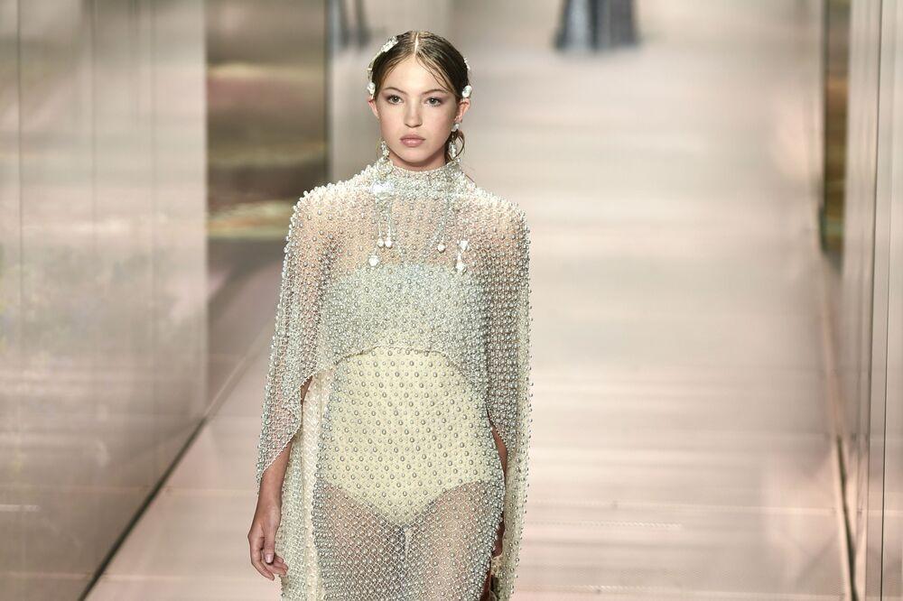 Britská modelka Lila Grace Moss-Hack předvádí modely britského návrháře Kima Jonese z kolekce Fendi jaro-léto 2021 na pařížském haute couture fashion weeku