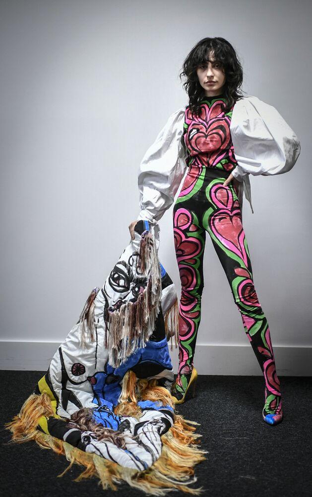 Modelka předvádí modely francouzského módního návrháře Charlese de Vilmorina v Paříži