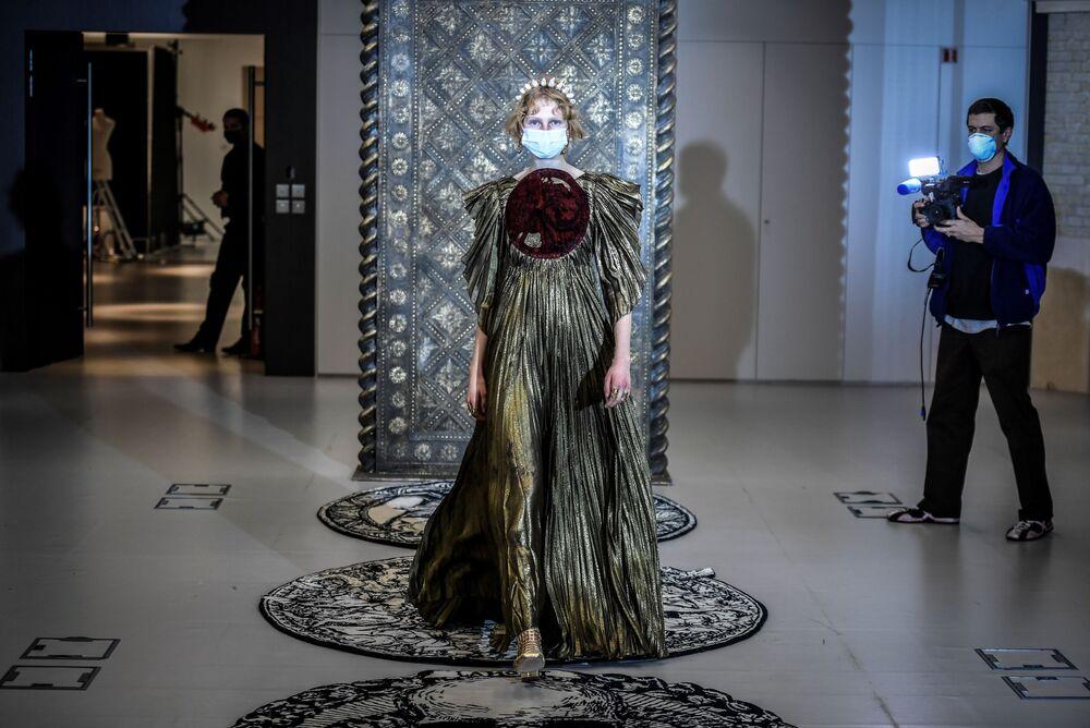 Modelka předvádí tvorbu od Christiana Diora na pařížském haute couture fashion weeku