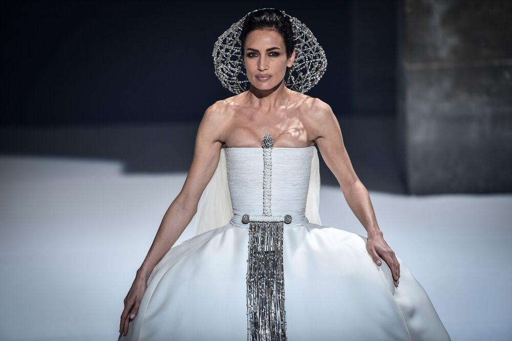 Modelka předvádí tvorbu francouzského návrháře Stefana Rollanda na pařížském haute couture fashion weeku