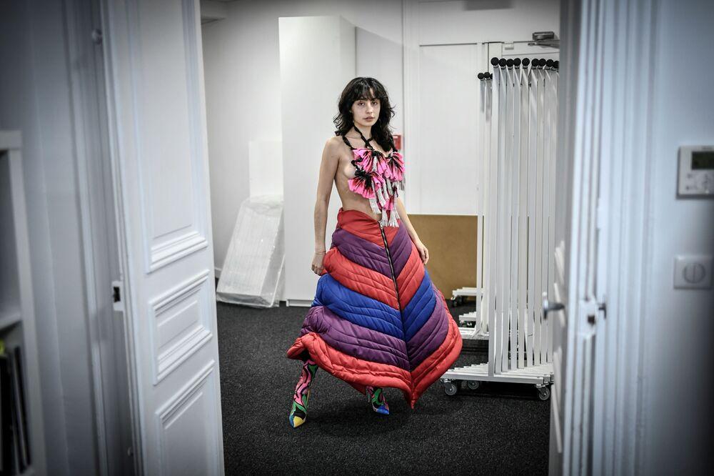 Modelka předvádí kolekci francouzského návrháře Charlese de Vilmorina na pařížském haute couture fashion weeku