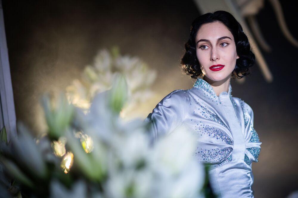 Modelka předvádí kolekci francouzského návrháře Juliena Fournieho na pařížském haute couture fashion weeku