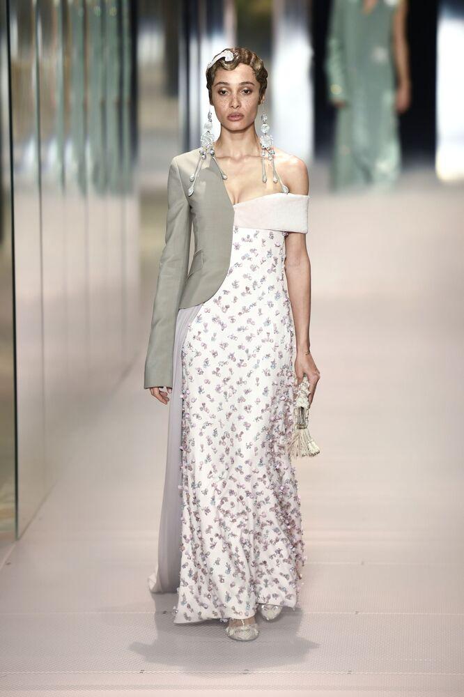 Modelka předvádí kolekci britského návrháře Kima Jonese na pařížském haute couture fashion weeku