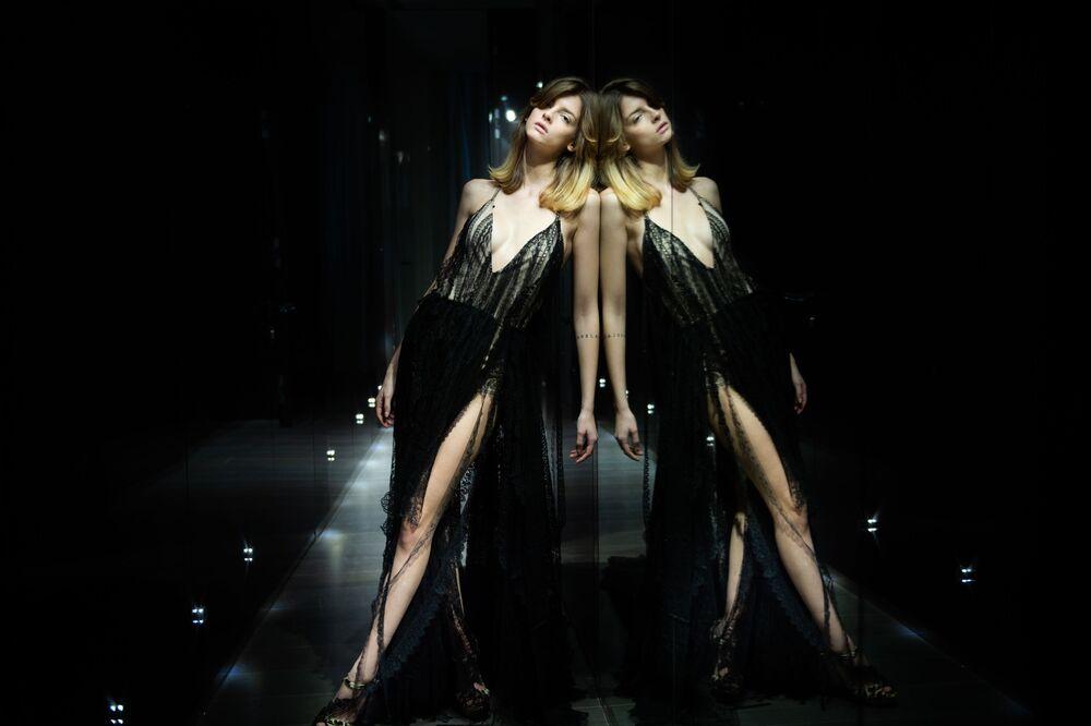 Modelka předvádí kolekci italské návrhářky Sofie Crociani na pařížském haute couture fashion weeku