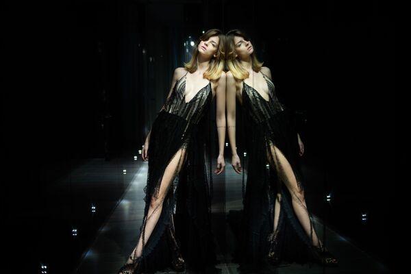 Modelka předvádí kolekci italské návrhářky Sofie Crociani na pařížském haute couture fashion weeku - Sputnik Česká republika