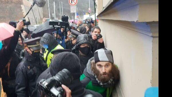 Hnutí Chcípl pes při blokádě Úřadu vlády: zadržení demonstranta - Sputnik Česká republika