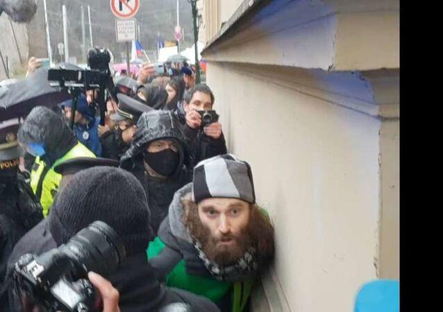 Muž, zadržený na demonstraci před Úřadem vlády Hnutí Chcípl pes při blokádě Úřadu vlády: zadržení demonstranta