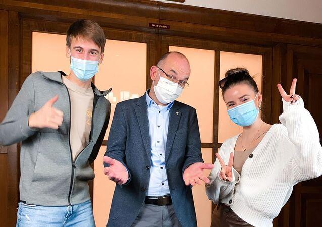 Čeští influenceři a ministr zdravotnictví Jan Blatný (za ANO) propagují vakcinaci proti koronaviru