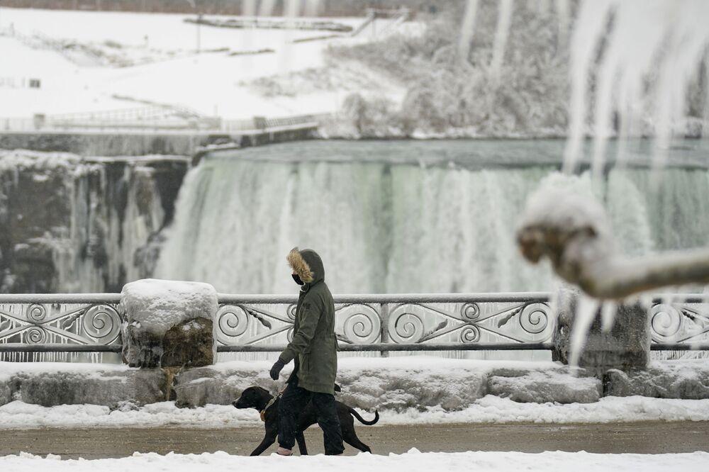 Když se pára změní v led: Zima na Niagarských vodopádech