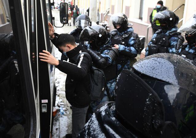 Policisté zadrželi účastníka nelegálního shromáždění příznivců Alexeje Navalného v Moskvě