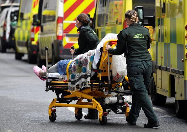 Zdravotníci převážejí pacienta covidem-19