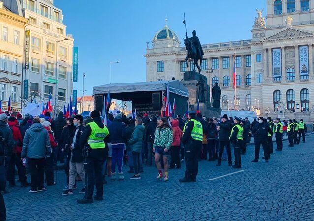 Na Václavském náměstí se protestuje proti opatřením a za svobodu