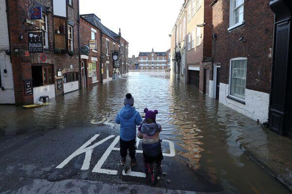 Zaplavená ulice. York, Velká Británie.  - Sputnik Česká republika