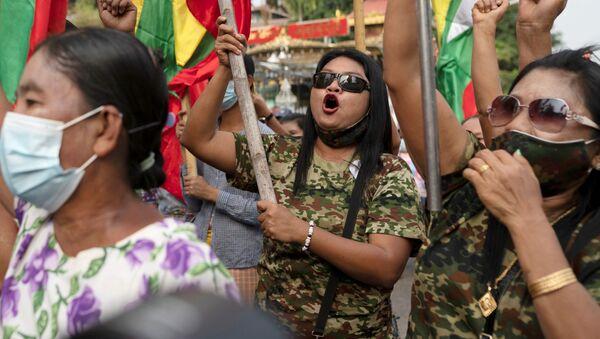 Podpůrci armády během protestu v Barmě - Sputnik Česká republika