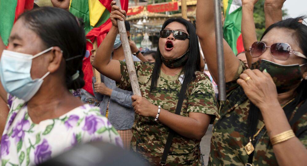 Podpůrci armády během protestu v Barmě