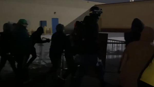 Protestující hnutí Black Lives Matter převrací zábrany před policejní stanicí - Sputnik Česká republika