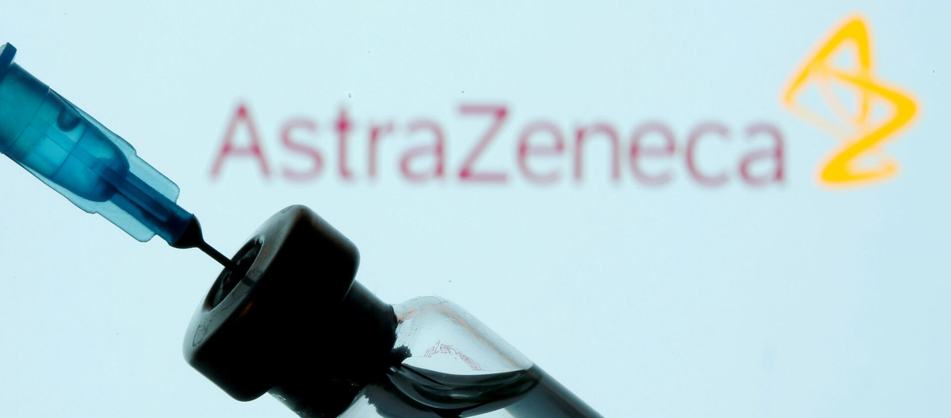 Injekční lahvička a stříkačka před zobrazeným logem AstraZeneca - Sputnik Česká republika, 1920, 11.02.2021
