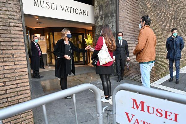 První návštěvníci dostávají květiny od ředitelky Vatikánského muzea Barbary Jattaové.  - Sputnik Česká republika