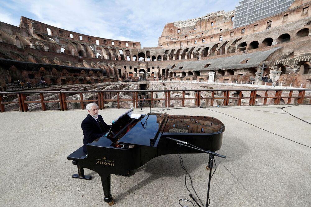 Pianista zkouší před koncertem v Koloseu