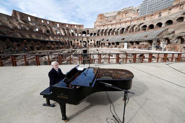 Pianista zkouší před koncertem v Koloseu.  - Sputnik Česká republika