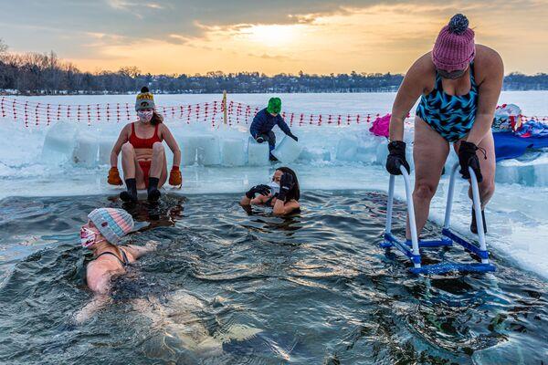 Členové americké skupiny milovníků zimního plavání Submergents během plavání v ledové díře u jezera Harriet v Minneapolisu, Minnesota - Sputnik Česká republika