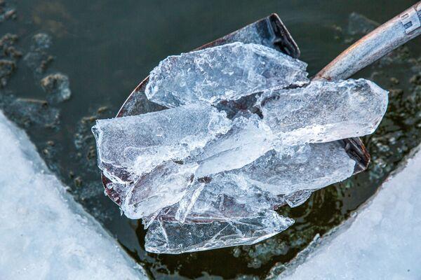 Led v ledové díře u jezera Harriet v Minneapolisu, Minnesota - Sputnik Česká republika
