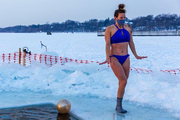 Milovnice zimního plavání ze skupiny Submergents u ledové díry na jezeře Harriet v Minneapolisu, Minnesota - Sputnik Česká republika