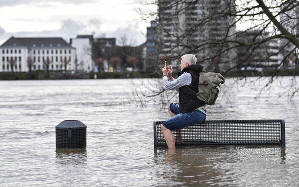 Muž fotí záplavy v Kolíně nad Rýnem - Sputnik Česká republika