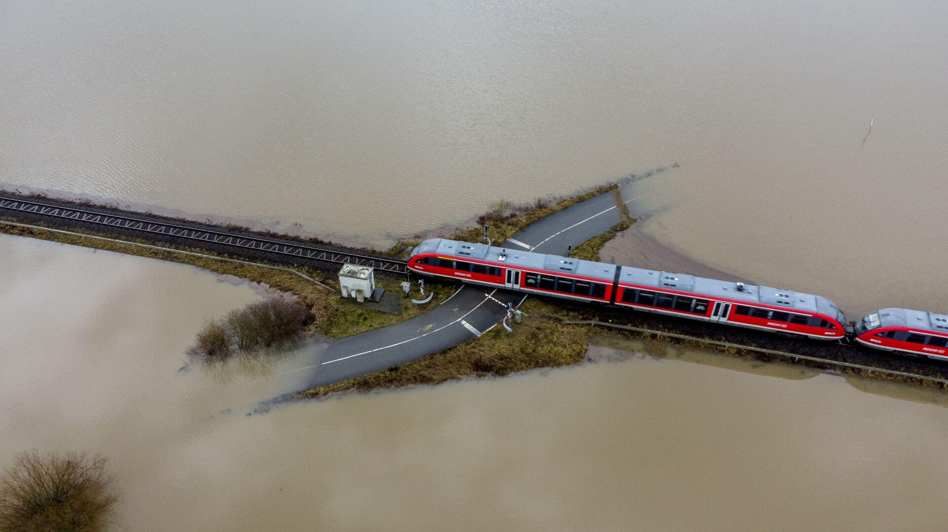 Vlak v Německu projíždí okolo zatopených míst - Sputnik Česká republika, 1920, 24.08.2021