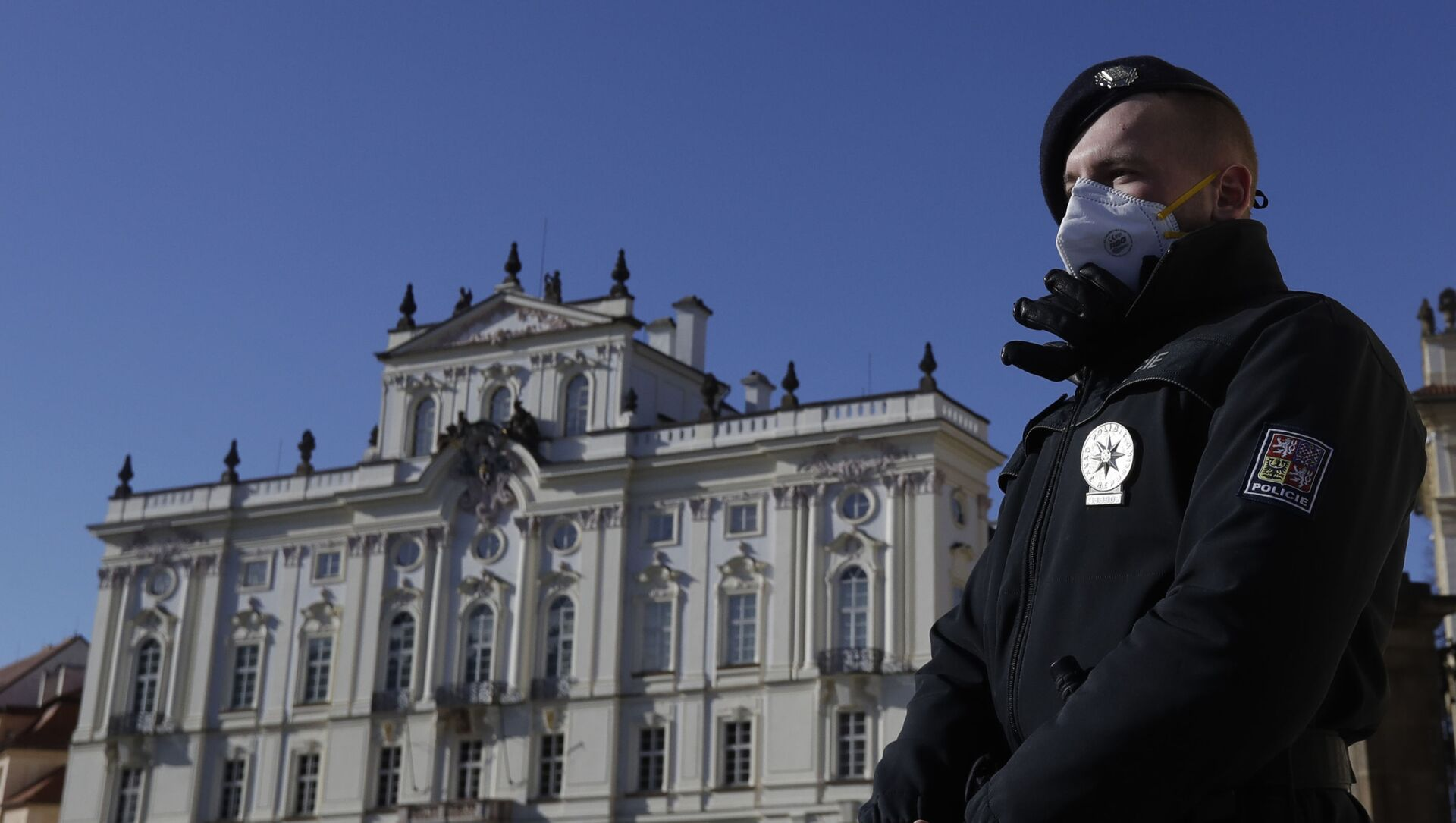 Policista na stráži před Pražským hradem  - Sputnik Česká republika, 1920, 25.02.2021