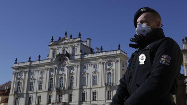 Policista na stráži před Pražským hradem  - Sputnik Česká republika