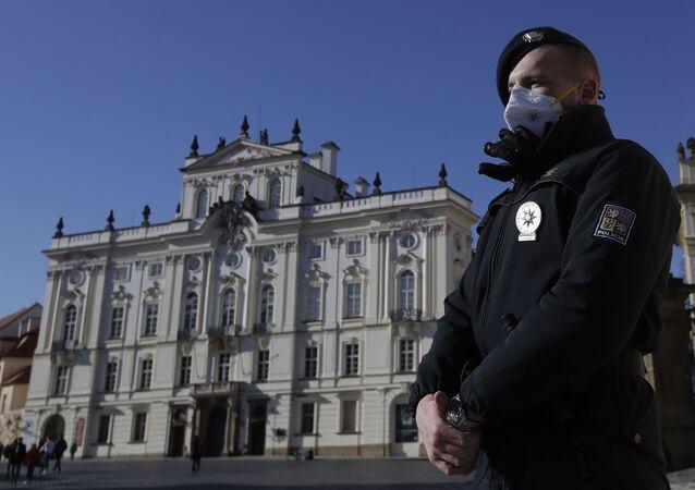 Policista na stráži před Pražským hradem
