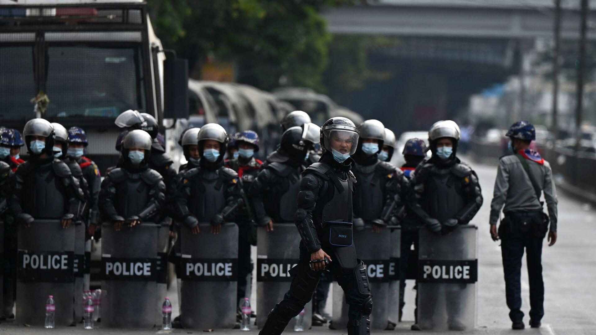Policie v Myanmaru během protestní akce - Sputnik Česká republika, 1920, 07.02.2021