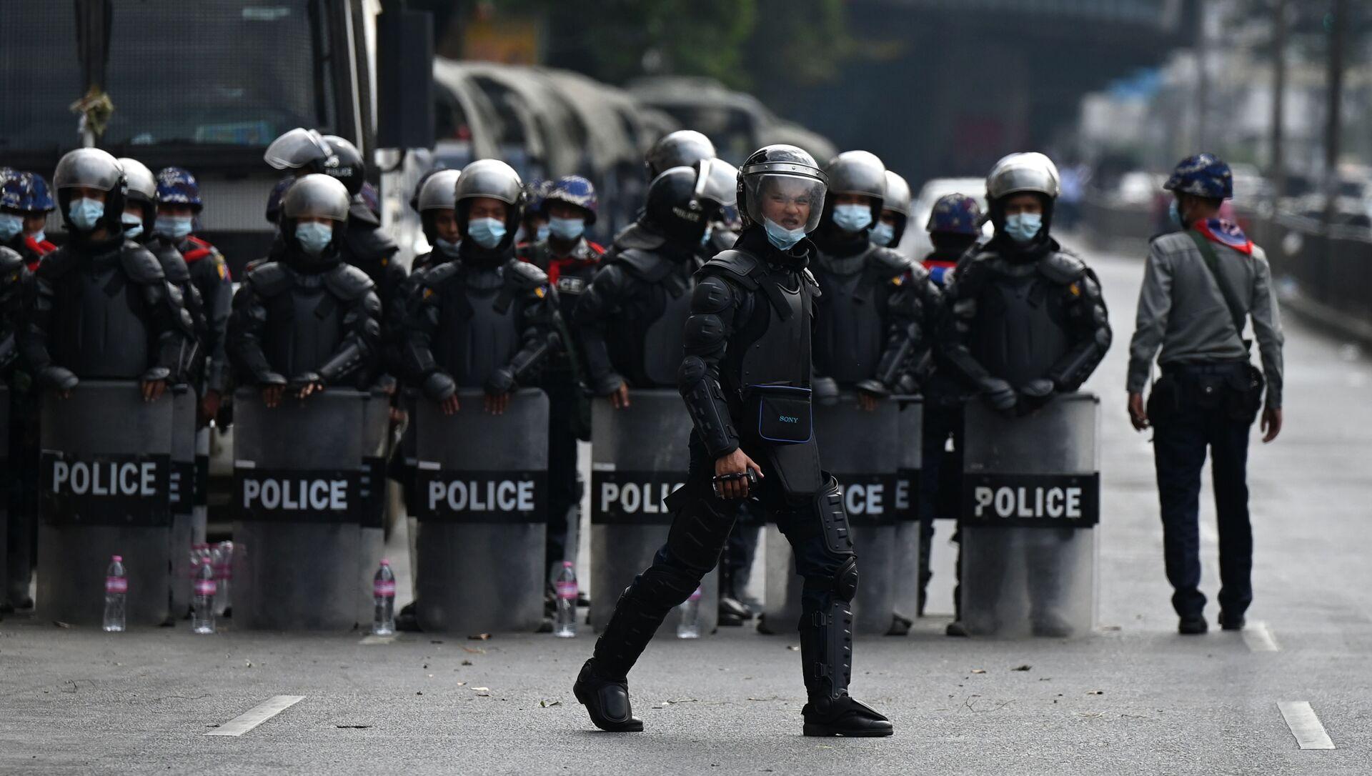Policie v Myanmaru během protestní akce - Sputnik Česká republika, 1920, 06.02.2021