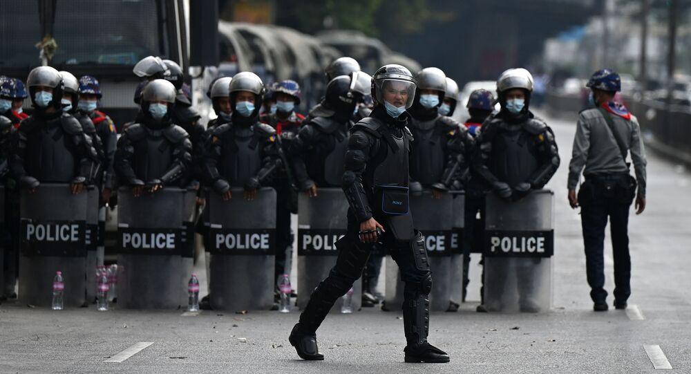 Policie v Myanmaru během protestní akce