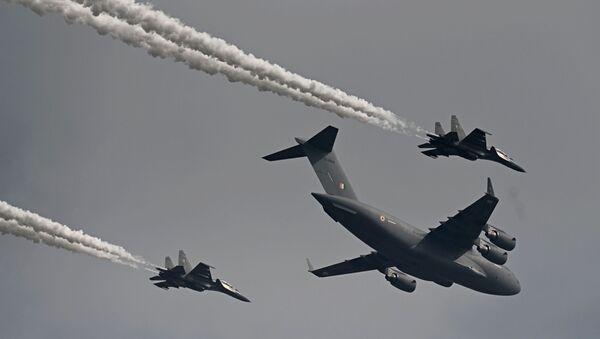 Letouny indického letectva C-17 Globemaster (C) spolu s stíhačkami Su-30MKI v první den letecké show Aero India 2021 - Sputnik Česká republika