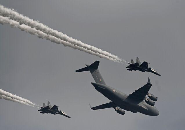 Letouny indického letectva C-17 Globemaster (C) spolu s stíhačkami Su-30MKI v první den letecké show Aero India 2021