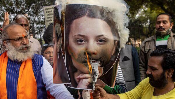 Aktivisté z organizace United Hindu Front vypálili podobiznu aktivistky Grety Thunbergové na protest proti celebritám za komentování protestujících farmářů v Novém Dillí - Sputnik Česká republika