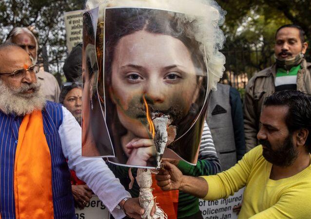Aktivisté z organizace United Hindu Front vypálili podobiznu aktivistky Grety Thunbergové na protest proti celebritám za komentování protestujících farmářů v Novém Dillí