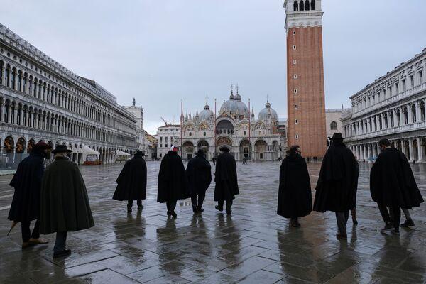 Lidé v tradičních dlouhých černých pláštích tabarro na náměstí Svatého Marka v Benátkách. - Sputnik Česká republika