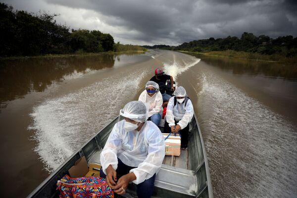 Zdravotníci míří k obyvatelům žijícím u řek, aby jim provedli očkování proti koronaviru přípravkem AstraZeneca, Brazílie. - Sputnik Česká republika