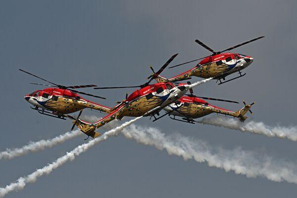 Vrtulníková akrobatická skupina Sarang indického vojenského letectva během vystoupení na letecké výstavě Aero India 2021 na letecké základně v Bangalúru. - Sputnik Česká republika