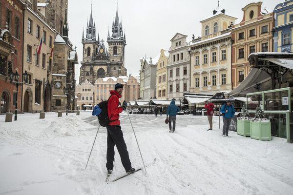 Muž na běžkách na Staroměstském náměstí v Praze. - Sputnik Česká republika