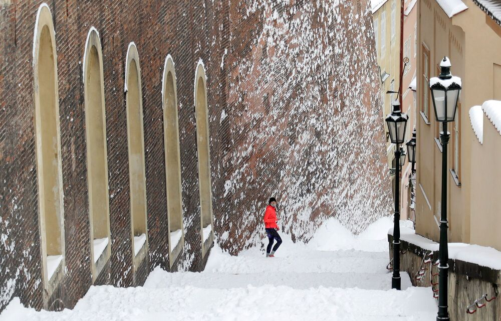 Bílé kouzlo nebo dopravní kolaps? Praha se ocitla ve sněhovém zajetí, na Karlově mostě se objevili běžkaři