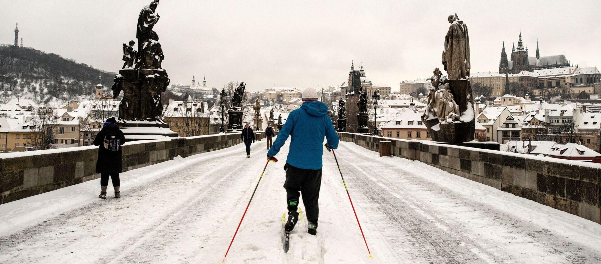 Bílé kouzlo nebo dopravní kolaps? Praha se ocitla ve sněhovém zajetí, na Karlově mostě se objevili běžkaři - Sputnik Česká republika, 1920, 08.02.2021