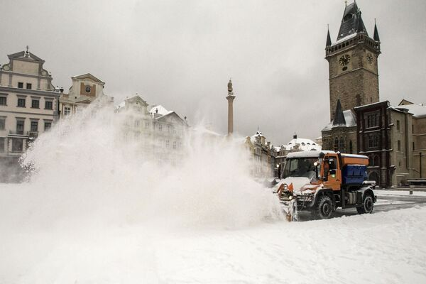Sněhová fréza čistí Staroměstské náměstí od sněhu. - Sputnik Česká republika