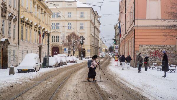Žena na lyžích přechází silnici v Praze - Sputnik Česká republika