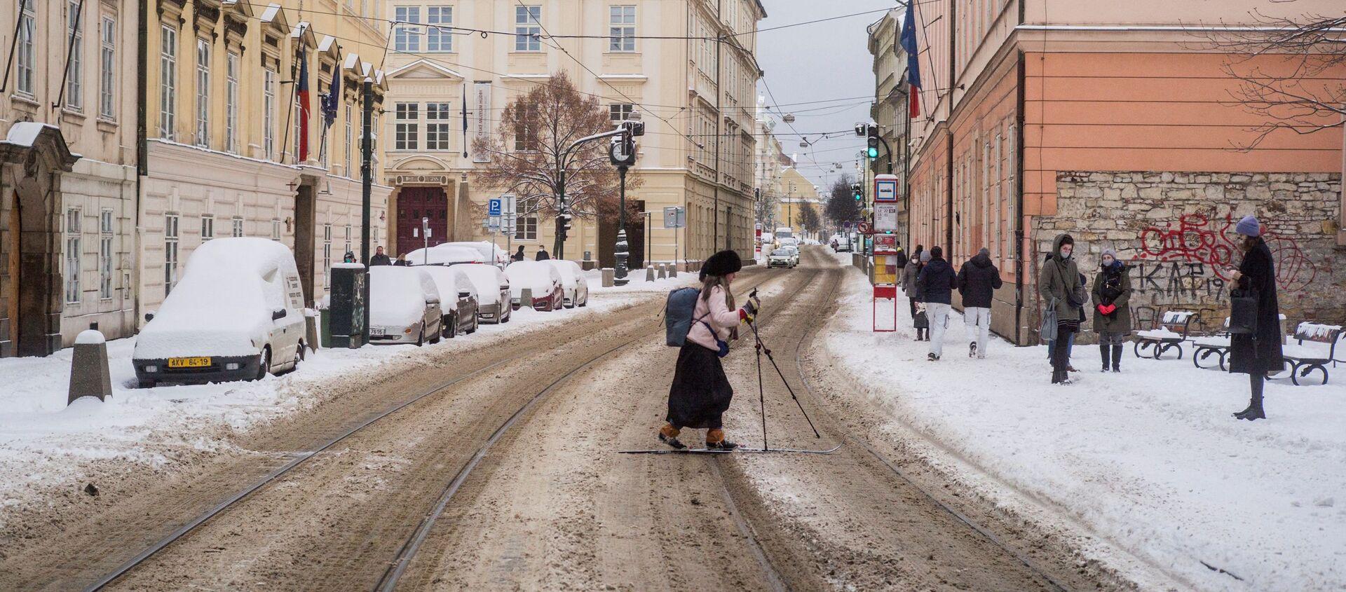 Žena na lyžích přechází silnici v Praze - Sputnik Česká republika, 1920, 17.02.2021