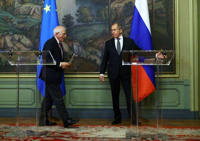 Ruský ministr zahraničí Sergej Lavrov a šéf zahraniční politiky Evropské unie Josep Borrell se účastní tiskové konference po jejich jednáních v Moskvě 5. února 2021
